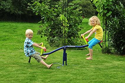 Enfants qui jouent sur une balançoire à bascule