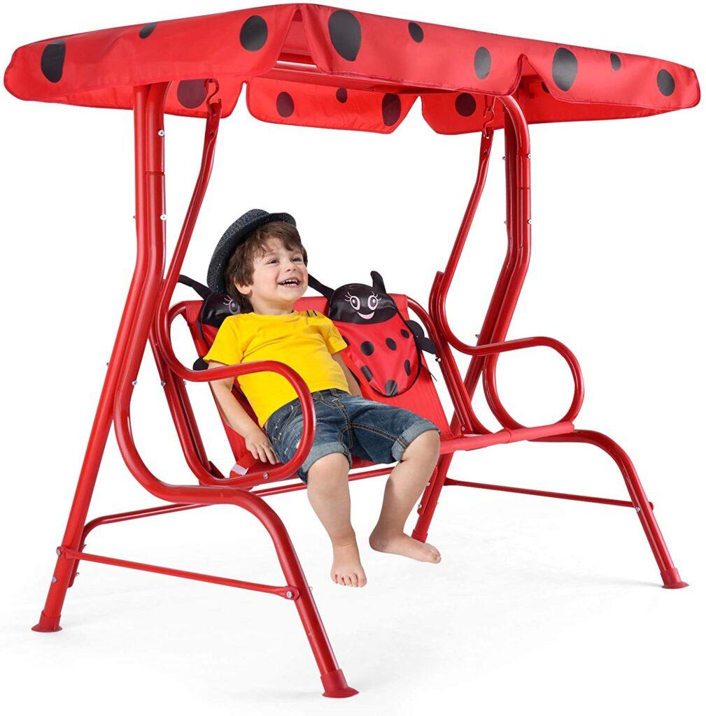 Enfant qui se repose sur une balancelle pour jardin