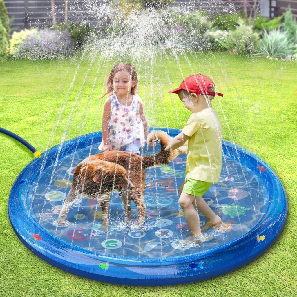 Enfants qui jouent sur un tapis à jets d'eau